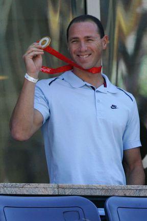 Джейсон ЛЕЗАК с золотой медалью пекинской Олимпиады. Фото REUTERS