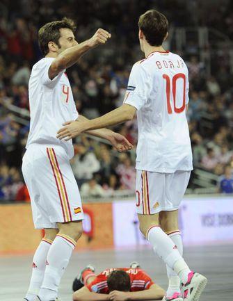 Суббота. Загреб. Россия - Испания - 1:3. ТОРРАС (слева) и БОРХА празднуют победу. Фото AFP