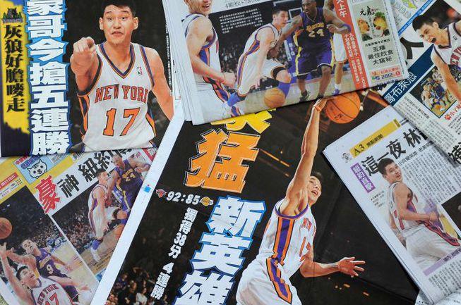 """После матча с """"Лейкерс"""" Джереми Лин попал на первые полосы большинства газет Тайваня. Фото AFP"""