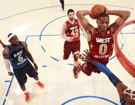 """Воскресенье. Орландо. Матч звезд НБА. """"Восток"""" - """"Запад"""" - 149:152. Леброн ДЖЕЙМС (слева) наблюдает за полетом Рассела УЭСТБРУКА. Фото REUTERS"""