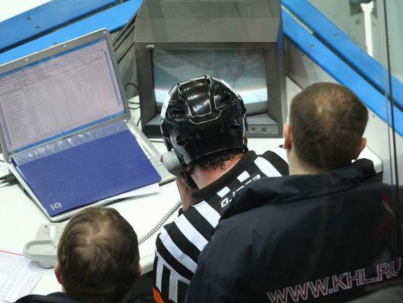Начиная с матчей плей-офф, судьи будут по микрофону объяснять болельщикам все решения, связанные со спорными моментами по взятию ворот. Фото photo.khl.ru