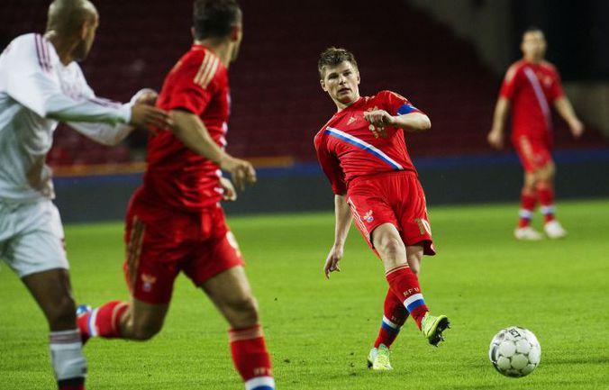 Среда. Копенгаген. Дания - Россия - 0:2. Андрей АРШАВИН подключает к атаке партнера. Фото AFP