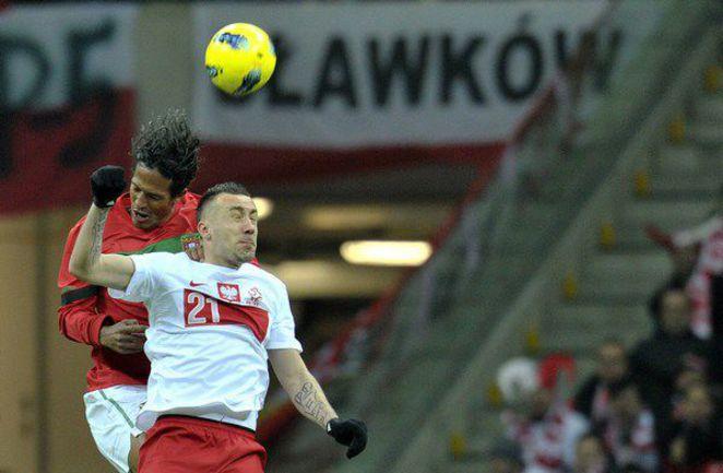 Среда. Варшава. Польша - Португалия - 0:0. Бруну АЛВЕШ (слева) против Иренеуша ЕЛЕНЯ. Фото AFP