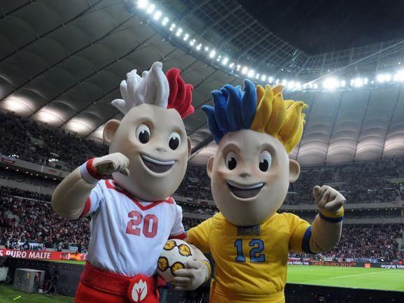 Вчера. Варшава. Польша - Португалия - 0:0. Талисманы чемпионата Европы СЛАВЕК (слева) и СЛАВКО. Фото AFP