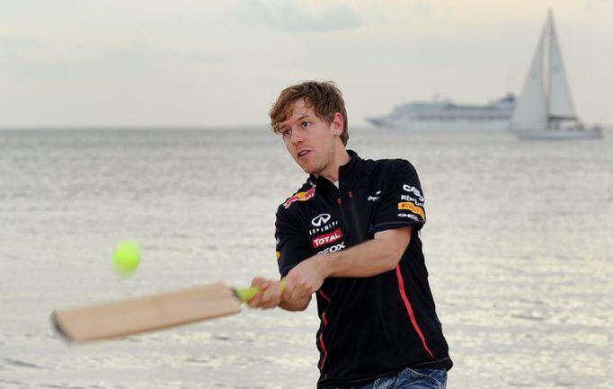 Среда. Мельбурн. Себастьян ФЕТТЕЛЬ играет в крикет на пляже Сент-Килда. Фото AFP
