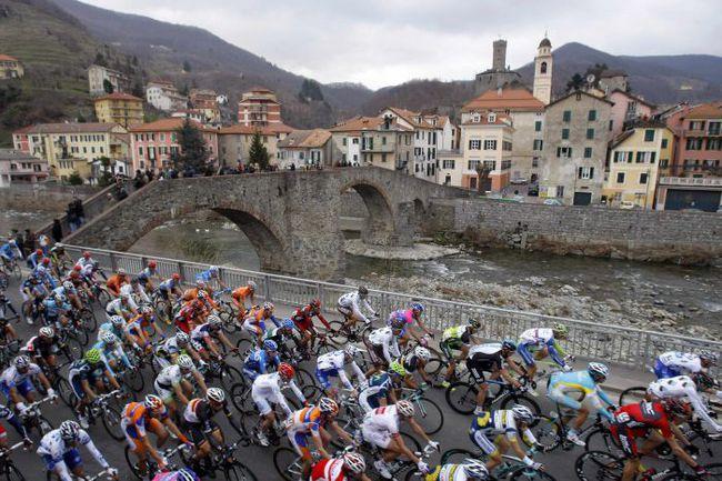 """Суббота. """"Милан - Сан-Ремо"""" - это не только классическая гонка, но и классическая красота Северной Италии. Фото REUTERS"""