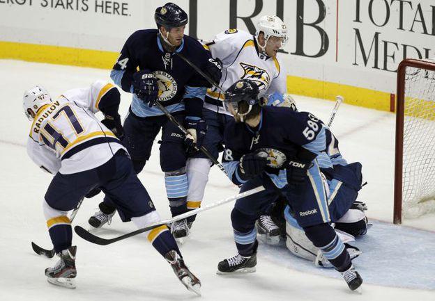 """Четверг. Питтсбург. """"Питтсбург"""" - """"Нэшвилл"""" - 5:1. Александр РАДУЛОВ (слева) забивает свой первый гол после возвращения в НХЛ. Фото REUTERS"""
