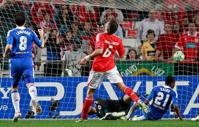 """Вторник. Лиссабон. """"Бенфика"""" - """"Челси"""" - 0:1. Саломон КАЛУ (№21) забивает гол в ворота португальцев. Фото AFP"""