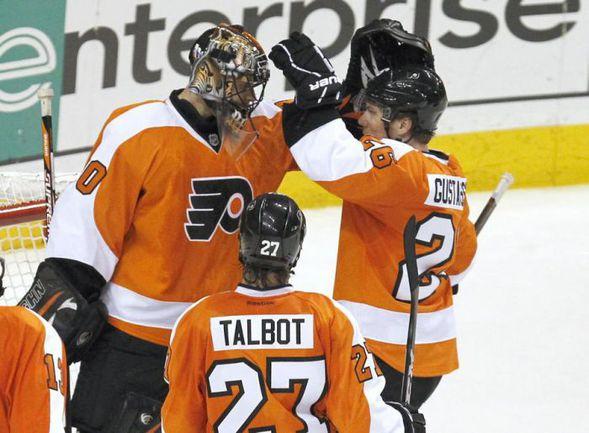 """Партнеры по """"Филадельфии"""" поздравляют лучшего игрока НХЛ в марте Илью БРЫЗГАЛОВА. Фото REUTERS"""
