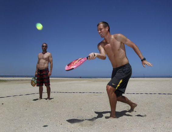 Чех Томаш БЕРДЫХ играет в пляжный теннис. . Фото REUTERS