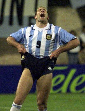 4 июля 1999 года. Луке. Колумбия - Аргентина - 3:0. Нападающий аргентинцев Мартин ПАЛЕРМО не реализовал в этом матче сразу три пенальти. Фото REUTERS