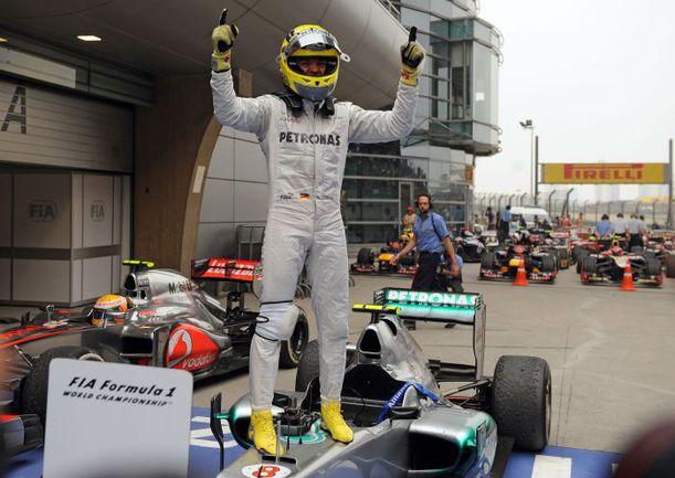 """Воскресенье. Шанхай. Нико РОСБЕРГ всегда считался потенциальным чемпионом, но первую победу одержал только в своей 111-й гонке за рулем болида """"Формулы-1"""". Фото AFP"""