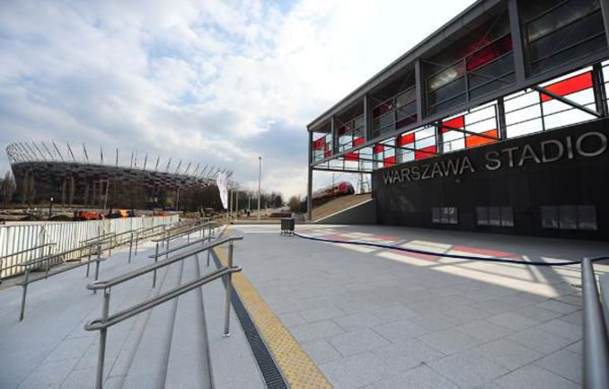 """Специально для болельщиков в Варшаве рядом со стадионом была заново отстроена железнодорожная станция - Warsawа Stadion. Фото Антона СЕРГИЕНКО, """"СЭ"""". Фото """"СЭ"""""""