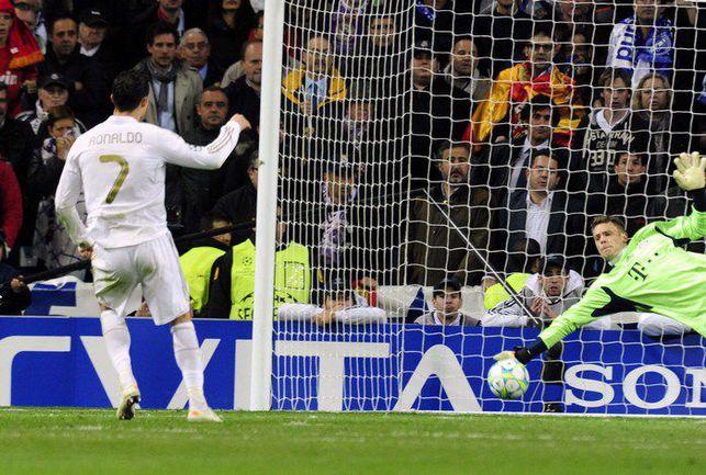 """Среда. Мадрид. """"Реал"""" - """"Бавария"""" - 2:1, пен. - 1:3. Мануэль НОЙЕР отражает 11-метровый КРИШТИАНУ РОНАЛДУ. Фото AFP"""