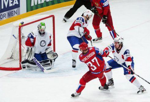 Сегодня. Стокгольм. Россия - Норвегия - 4:2. Свой гол в ворота норвежцев Александр ПЕРЕЖОГИН (№37) провел после передачи Евгения МАЛКИНА. Фото AFP