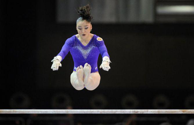 Вчера. Брюссель. Упражнение на брусьях в исполнении чемпионки мира-2010 Алии МУСТАФИНОЙ. Фото AFP