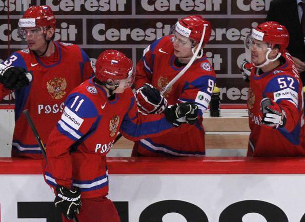 Воскресенье. Стокгольм. Россия - Чехия - 2:0. Партнеры поздравляют Евгения МАЛКИНА (№11) с седьмой шайбой на ЧМ-2012. Фото AFP