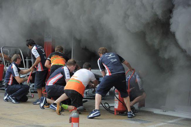 """Вчера. Барселона. После окончания этапа в боксах """"Уильямса"""" случился пожар, в результате которого пострадали несколько человек. Фото AFP"""