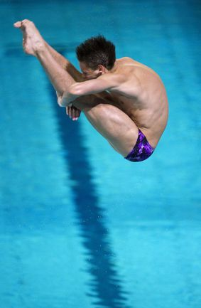 Вчера. Эйндховен. Илья КВАША прыгает с метрового трамплина. Фото REUTERS