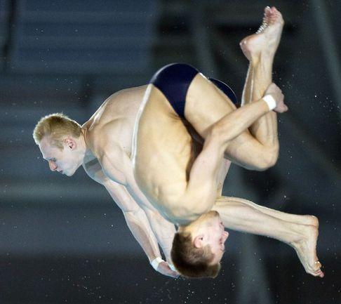 Суббота. Эйндховен. Выступление серебряных призеров ЧЕ в прыжках с 10-метровой вышки - Виктора МИНИБАЕВА (на переднем  плане) и Ильи ЗАХАРОВА. Фото REUTERS