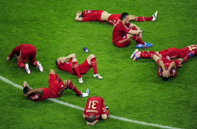"""Суббота. Мюнхен. """"Бавария"""" - """"Челси"""" - 1:1 (пен. - 3:4). Разочарование Бастиана ШВАЙНШТАЙГЕРА (№31), Ивицы ОЛИЧА и их партнеров. Фото AFP"""