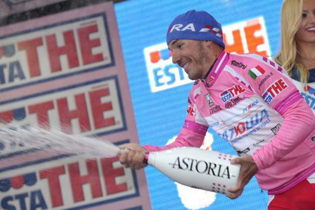 Воскресенье. Лекко. Хоакин РОДРИГЕС - снова обладатель розовой майки лидера. Фото AFP