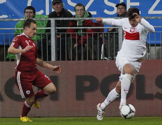 Вторник. Клагенфурт. Латвия - Польша - 0:1. Себастьян БЕНИШ (справа) и Алексей ВИШНЯКОВ. Фото REUTERS