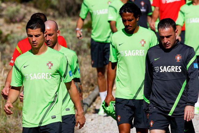 Вчера. Обидуш. БРУНУ АЛВЕШ (в центре) и КРИШТИАНУ РОНАЛДУ (слева) в составе сборной Португалии готовятся к Euro-2012. . Фото AFP