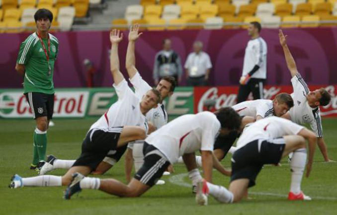 Вчера. Львов. Тренировка сборной Германии. Йоахим ЛЕВ. Фото REUTERS