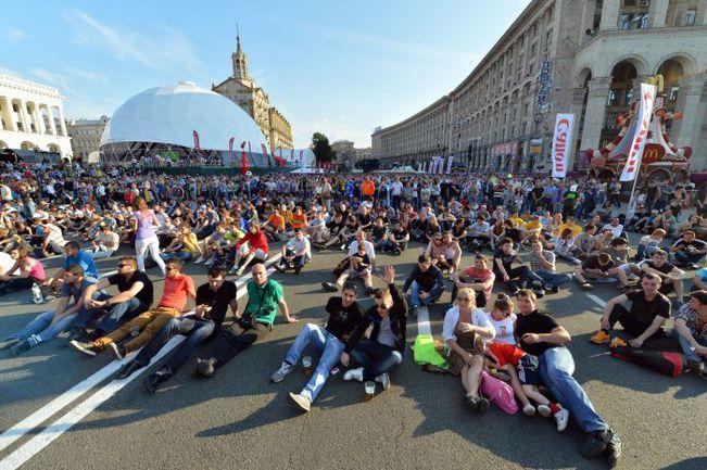 Вчера. Киев. Фан-зона во время трансляции стартового матча Польша - Греция. Фото AFP