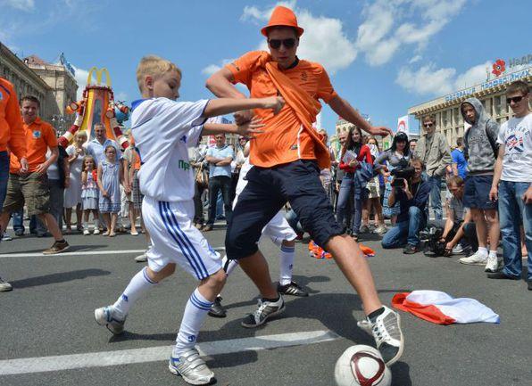 Украина и Голландия - в разных группах, но их фанаты с удовольствием меряются силами. Фото AFP