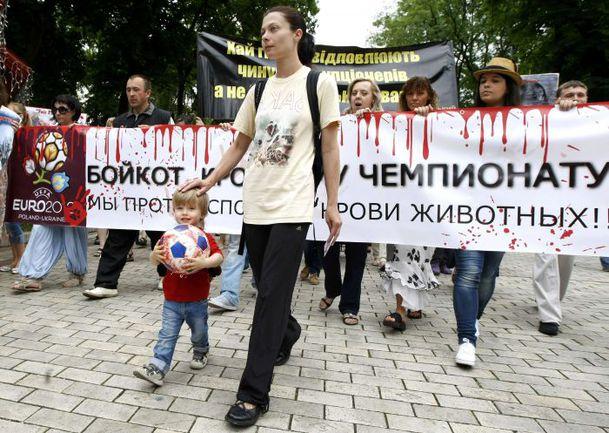 Пятница. Киев. Сейчас на Украине кипят не только футбольные страсти: сегодня в столице Euro протестовали против убийства животных. Фото REUTERS