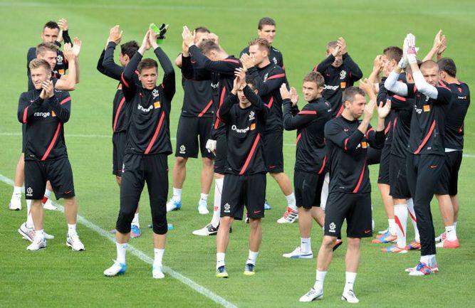 Вчера. Варшава. Футболисты сборной Польши приветствуют своих болельщиков перед началом открытой тренировки. Фото AFP