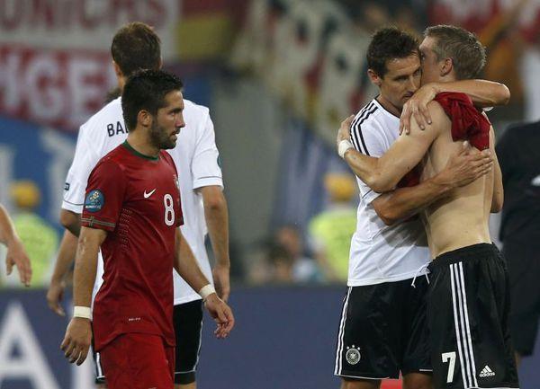 Суббота. Львов. Германия - Португалия - 1:0. Бастиан ШВАЙНШТАЙГЕР (справа) и Мирослав КЛОЗЕ поздравляют друг с друга с победой. Фото REUTERS
