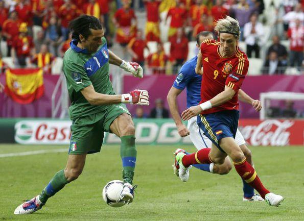 Сегодня. Гданьск. Испания - Италия - 1:1. Джанлуиджи БУФФОН (слева) отбирает мяч у Фернандо ТОРРЕСА. Фото REUTERS