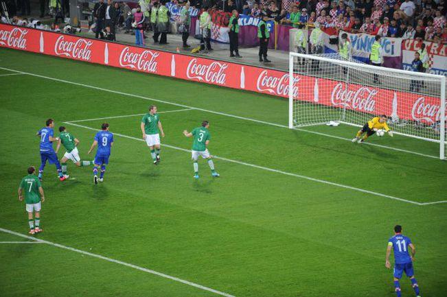 Воскресенье. Познань. Ирландия - Хорватия - 1:3. 48-я минута. Только что Марио МАНДЖУКИЧ (второй слева) во второй раз отправил головой мяч в ворота Шея ГИВЕНА. Фото AFP