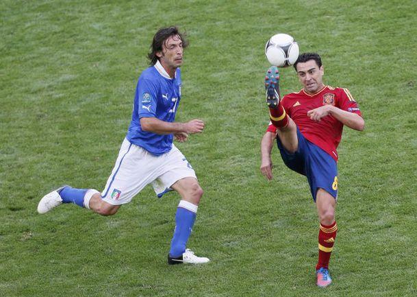 Воскресенье. Гданьск. Испания - Италия - 1:1. Андреа ПИРЛО (слева) против ХАВИ. Фото REUTERS