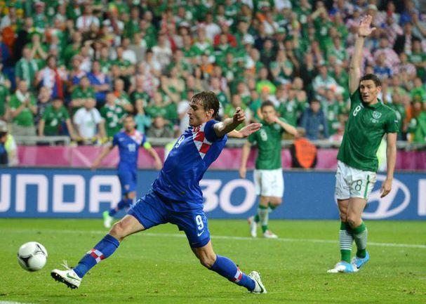 """Воскресенье. Познань. Ирландия - Хорватия - 1:3. Нападающий сборной Хорватии Никица ЕЛАВИЧ забивает гол в ворота ирландцев. Фото """"СЭ"""""""