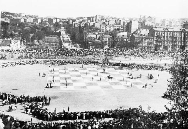 """В 1923 году на месте будущего киевского стадиона играли в огромные шахматы. Фото Иосифа и Ефима ШАИНСКИХ. Фото """"СЭ"""""""