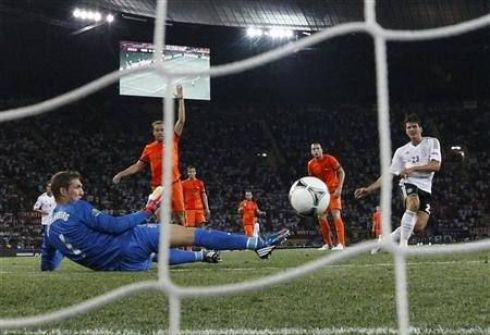 Среда. Харьков. Голландия - Германия - 1:2. Первый гол Марио ГОМЕСА (справа). Фото REUTERS