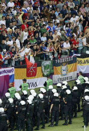 """В виде исключения из правил внутрь стадиона """"Национальный"""" был введен спецназ. Фото REUTERS"""