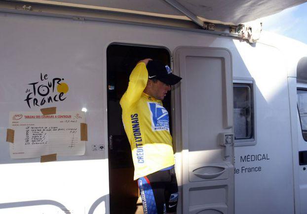 """13 июля 2003 года. Лэнс АРМСТРОНГ на выходе из фургона допинг-контроля во время """"Тур де Франс"""". Фото AFP"""
