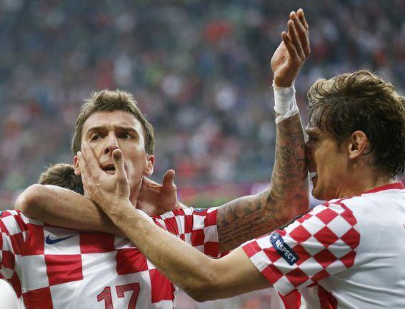 Четверг. Познань. Италия - Хорватия - 1:1. Марио МАНДЖУКИЧ (слева) празднует гол в ворота Джанлуиджи БУФФОНА. Фото REUTERS