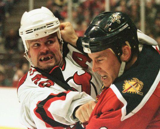 1998 год. Кен ДАНЕЙКО (слева, в бою с Биллом ЛИНДСЕЕМ) считался одним из самых страшных бойцов НХЛ. Фото REUTERS