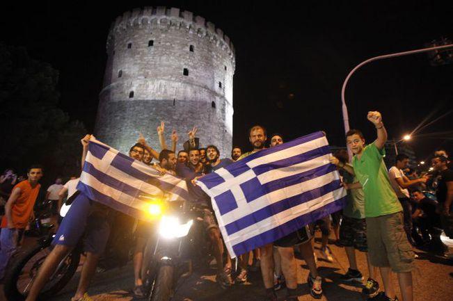 Суббота. Салоники. Греки празднут победу своей сборной над Россией. Фото REUTERS