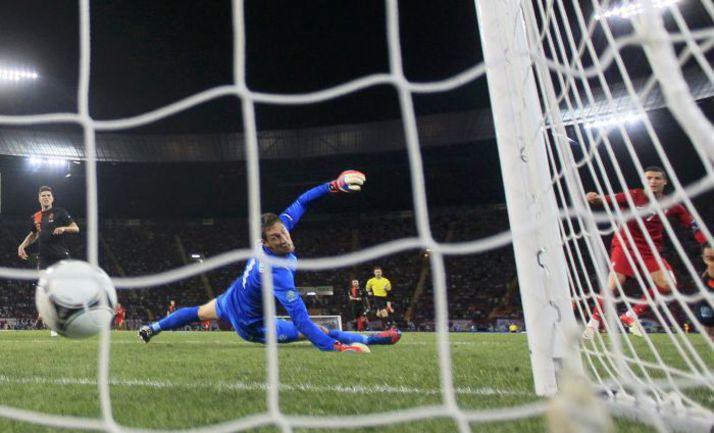 Вчера. Харьков. Португалия - Голландия - 2:1. 74-я минута. КРИШТИАНУ РОНАЛДУ (справа) забивает второй гол, и Голландия с Данией отправляются домой. Фото REUTERS