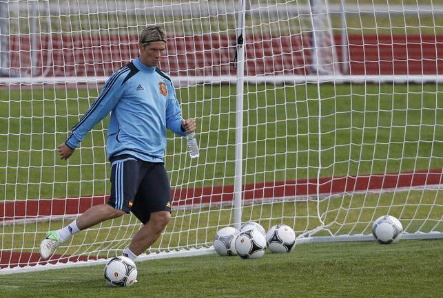 Вчера. Гневино. Фернандо ТОРРЕС на тренировке сборной Испании. Фото REUTERS