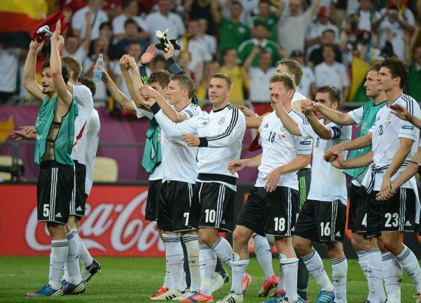 Воскресенье. Львов. Дания - Германия - 1:2. Футболисты сборной Германии благодарят болельщиков за поддержку. Фото AFP