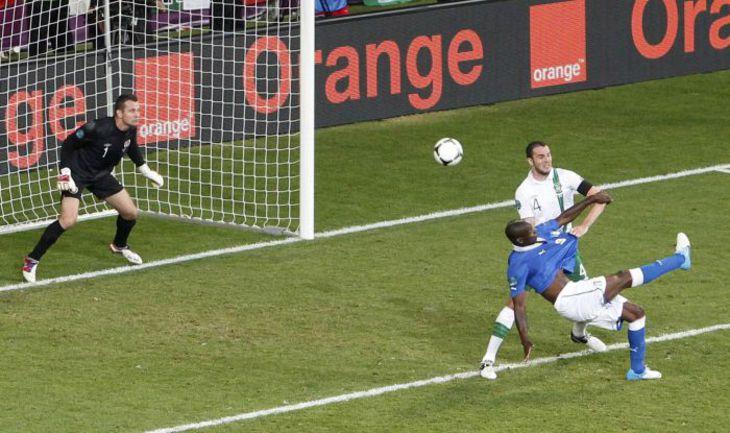 Понедельник. Познань. Италия - Ирландия - 2:0. 90-я минута. Марио БАЛОТЕЛЛИ красивейшим ударом ставит точку в матче. Фото REUTERS