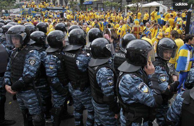 """Украинские """"братья"""" россиских ОМОНовцев Отряд милиции обеспечивают порядок около """"Олимпийского"""" перед матчем Швеция - Англия. Фото AFP"""